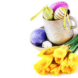 Установка пасхи с желтыми daffodils и декоративными яичками Стоковая Фотография