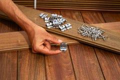 Установка палубы Ipe деревянная привинчивает крепежные детали зажимов стоковое фото rf