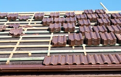 Установка плиток крыши Стоковые Фотографии RF