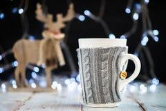 Установка рождества с горячим шоколадом в причудливой кружке свитера стоковое изображение