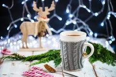 Установка рождества с горячим шоколадом в причудливой кружке свитера стоковые фото