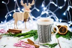 Установка рождества с горячим шоколадом в причудливой кружке свитера стоковая фотография rf