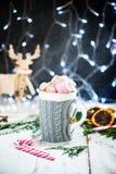 Установка рождества с горячим шоколадом в причудливой кружке свитера стоковая фотография