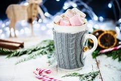 Установка рождества с горячим шоколадом в причудливой кружке свитера Стоковые Фотографии RF