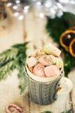Установка рождества с горячим шоколадом в причудливой кружке свитера стоковые изображения