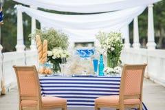 Установка свадьбы и украшает комплект для официальныйа обед Celebrate и события Стоковая Фотография