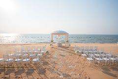 Установка свадьбы на пляже стоковые изображения