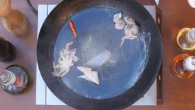 Установка свежих морепродуктов в сковороду Стоковые Изображения