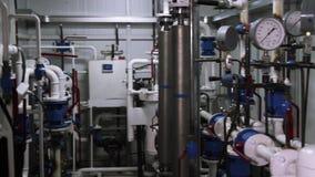 Установка системы в насосное отделение место Трубы в котельной Топление воды Электропитание Вода пропускает в стекло самомоднейше акции видеоматериалы