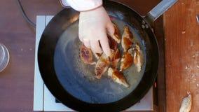 Установка соли и перца к вареникам зажарила в лотке в масле видеоматериал