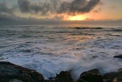 Установка Солнця над горизонтом как осмотрено от южной платформы просмотра волнореза в Greymouth, Новой Зеландии стоковые изображения