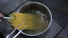 Установка спагетти в кипяток акции видеоматериалы