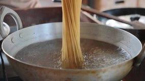 Установка спагетти в кипяток E сток-видео