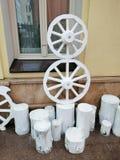 Установка старых колес и пней стоковая фотография rf