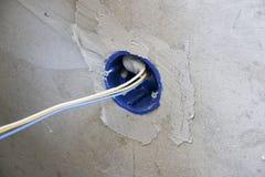 Установка стенной розетки Работа на устанавливать электрические выходы Электрик подготавливает выходы проводки подходящие стоковое фото rf