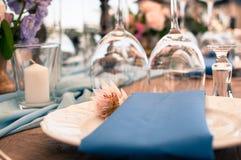 Установка таблицы украшения свадьбы или события стоковые фотографии rf