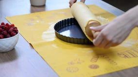 Установка теста торта к лотку выпечки акции видеоматериалы