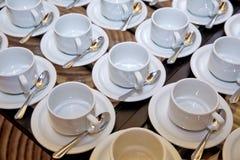 Установка чашки и ложки на белом поддоннике Стоковые Фото