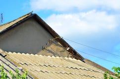 Установка электрических проводов в частный дом стоковое фото