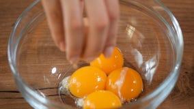 Установка яичного желтка в стеклянный шар видеоматериал
