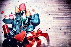 Установка ` s валентинки St с multicolor букетом роз, представляет Стоковое Фото