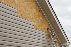 Установка siding винила на дом на юге стоковые изображения rf