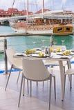 Установки таблицы на ресторане на взморье острова стоковая фотография rf