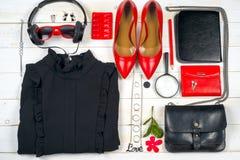 Установленная одежда женщин и аксессуары на белой деревянной предпосылке Стоковое Изображение RF