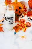 Установленная партия хеллоуина - пить, конфеты и оформление на белой предпосылке Стоковое фото RF