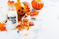 Установленная партия хеллоуина - пить, конфеты и оформление на белой предпосылке Стоковое Изображение