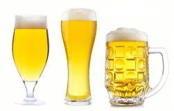 Установленное свежее светлое пиво с высокой пеной в различных стеклах пива Стоковое Фото