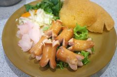 Установленное appitizer смешивания очень вкусное: Шутиха Dimsum, сосиски и риса Стоковая Фотография