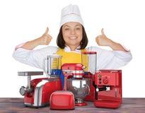 Установленные кухонные приборы Красивая выставка шеф-повара молодой женщины Thumbs u стоковое изображение rf