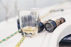 Установленные люди яхты стекло вискиа и старого бинокля Стоковая Фотография RF