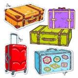 Установленные сумки перемещения, ретро чемодан с поясом, чемодан на колесах и стикеры на чемоданах иллюстрация вектора