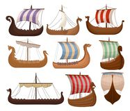 Установленные draccars Викинга скандинавские, нормандский корабль с продажами цвета vector иллюстрации на белой предпосылке иллюстрация штока