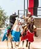 Установленный бой демонстрации выставки ратников на шпагах на фестивале рыцаря в парке Goren в Израиле стоковые изображения