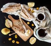 Установленный завтрак: бак или cezve кофе, чашки на полотенце кухни, кумкватах, грушах, грейпфруте Стоковое Фото