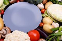 Установленный овощ и голубая плита стоковое фото