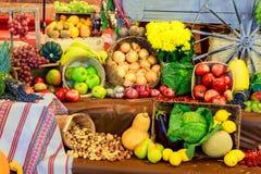 Установленная зрелая здоровая еда состоя из овощей и плодоовощей лежа на крупном плане деревянного стола Стоковые Изображения RF