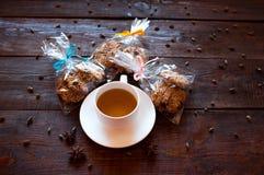 Установленное рождество: чашка чаю и подарки Стоковая Фотография RF