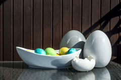 Установленные красочные сияющие пасхальные яйца и серый цвет и белизна покрасили керамический Стоковая Фотография RF