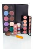 Установленные красочные тени и губная помада, косметическая щетка изолированная на белизне Стоковая Фотография