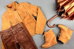 Установленные одежда и аксессуары женщин коричневая стоковая фотография rf