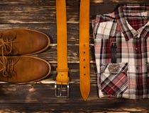 Установленные одежда и аксессуары коричневого цвета ` s людей: ботинки, кожаный пояс Стоковые Фотографии RF