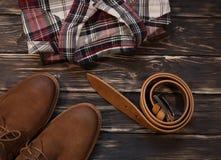 Установленные одежда и аксессуары коричневого цвета ` s людей: ботинки, кожаный пояс Стоковое фото RF
