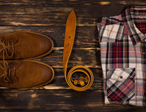 Установленные одежда и аксессуары коричневого цвета ` s людей: ботинки, кожаный пояс Стоковое Изображение RF