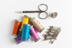 установленные тесемки катушк предпосылки multicolor шить Аксессуары для needlework Стоковое Изображение RF