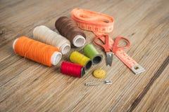 установленные тесемки катушк предпосылки multicolor шить Аксессуары для needlework Стоковые Фотографии RF