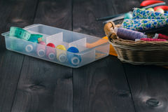 установленные тесемки катушк предпосылки multicolor шить Аксессуары для needlework на деревянном backgrou Стоковые Изображения
